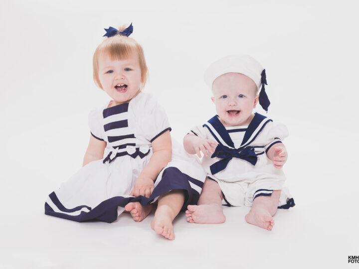Rolig syskonfotografering med marint tema